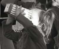 Menina comendo pipoca